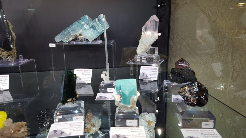 Booths are in hotel rooms at this show. Aquamarine, Kunzite, Cassiterite and more in the Fazination Mineralien room.